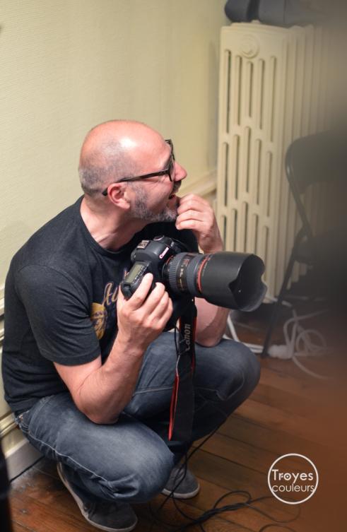 Bruno Fournier, dans le studio éphémère aménagé au Musée de Vauluisant à l'occasion de la Nuit des Musées.