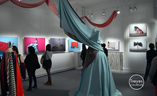 """Salle de l'exposition """"Tissus en mouvement"""", au Musée de Vauluisant."""